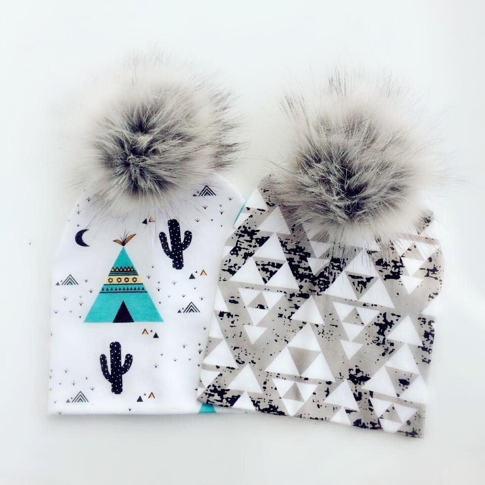 Zimní modní čepice s bambulí